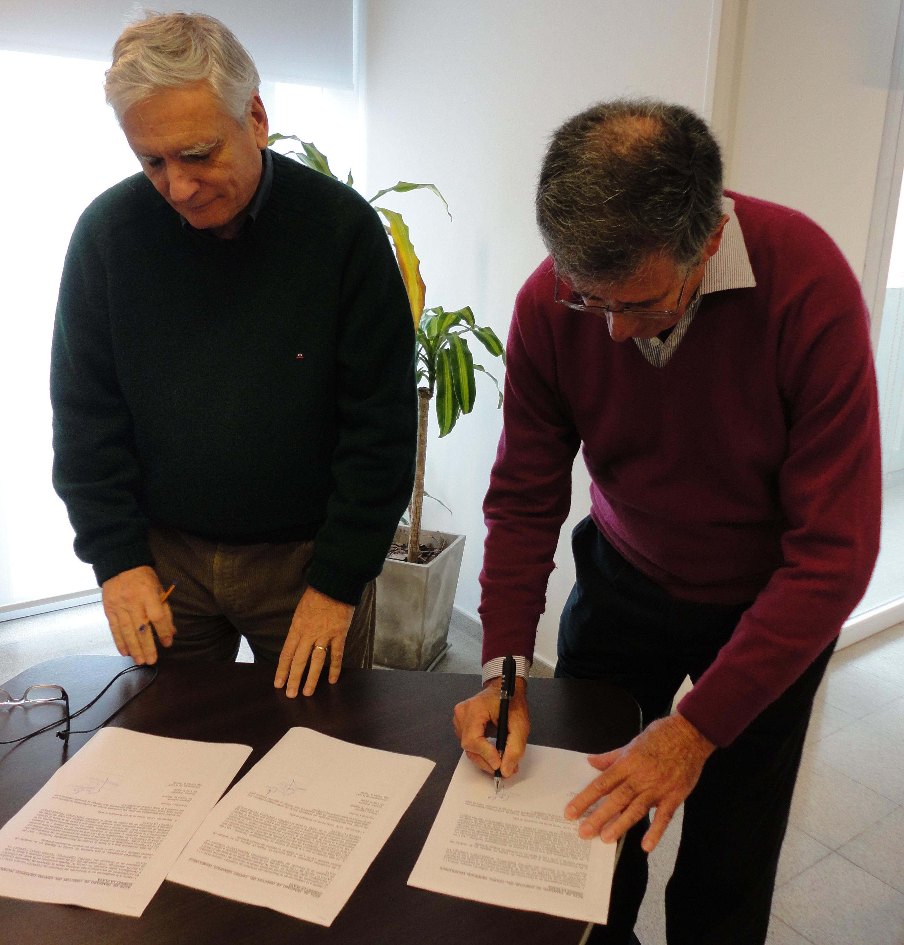 Luis Epele firmando el acta de asunción