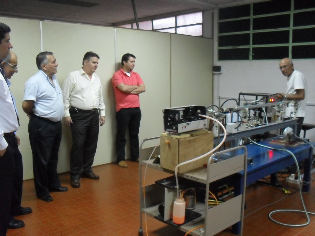 Mario Gallardo presentando el equipo láser