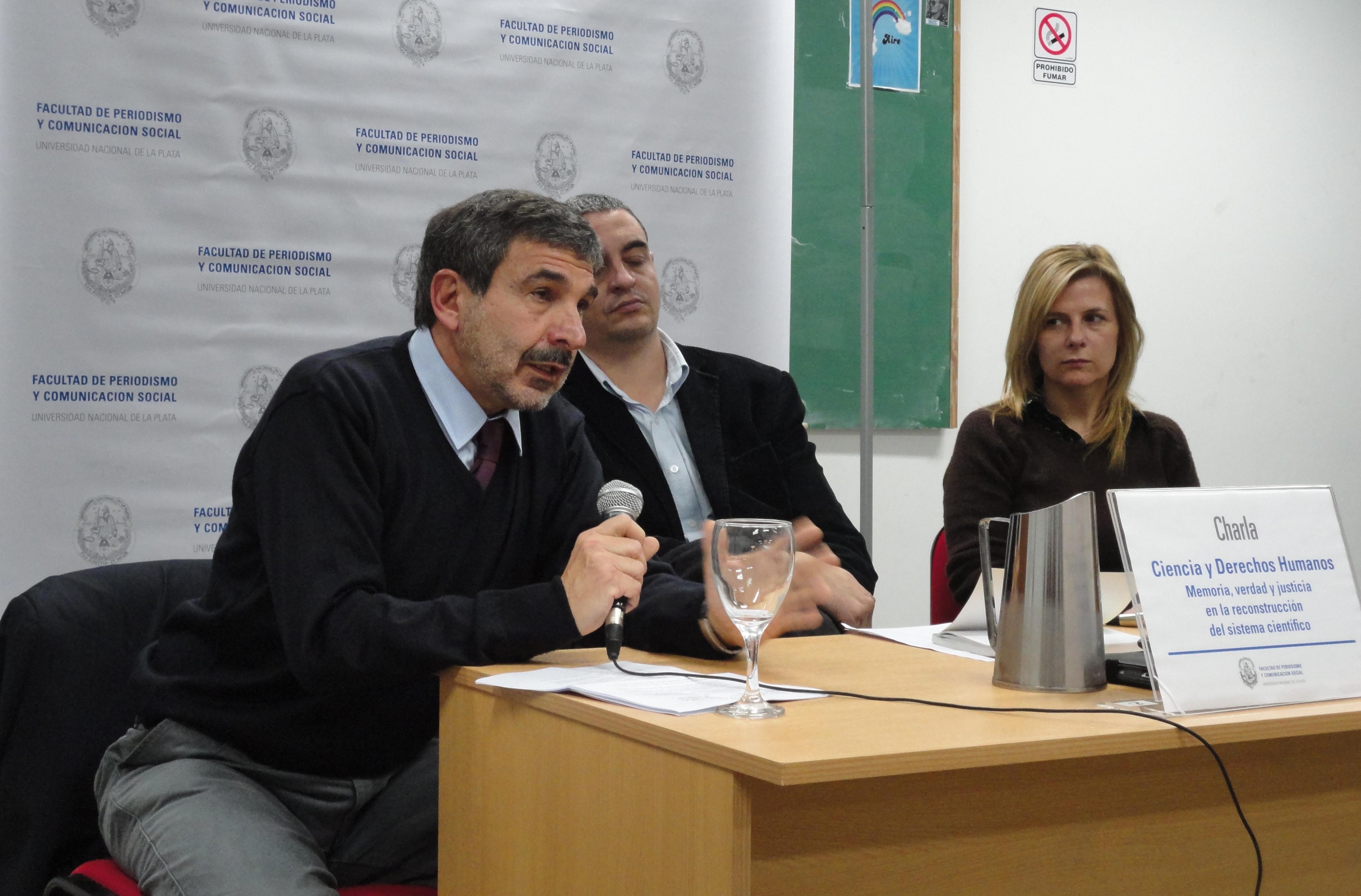 Roberto Salvarezza disertando en Periodismo