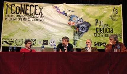Roberto Salvarezza disertando en La Plata