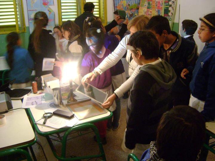 Alumnos de Pedernal experimentando con la luz