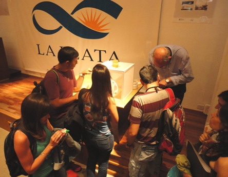 Juan José García mostrando larvas