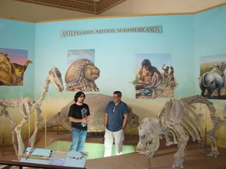 Gelfo y Reguero junto a réplicas de Macrauchenia (izquierda) y Toxodon (derecha)