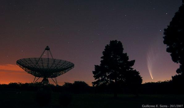 Cometa Mc Naught y antena del Instituto Argentino de Radioastronomía - FOTO Guillermo E. Sierra