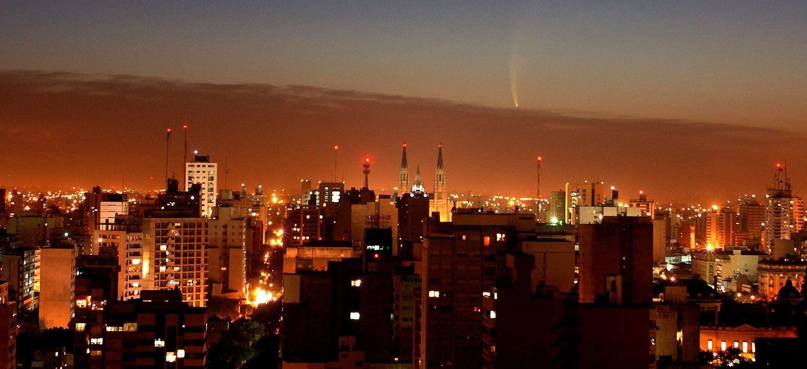 Cometa Mc Naught y vista de la ciudad - FOTO Guillermo E. Sierra