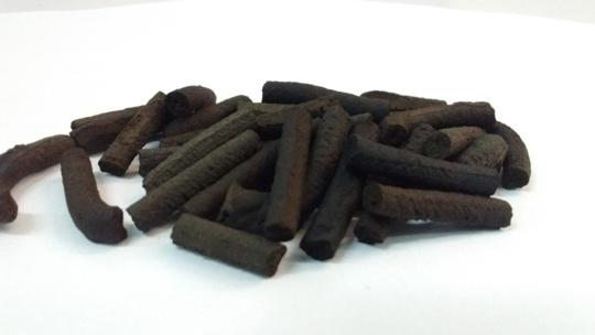 Pelets elaborados a partir de carbón y con materiales simples y accesibles localmente.  (3)