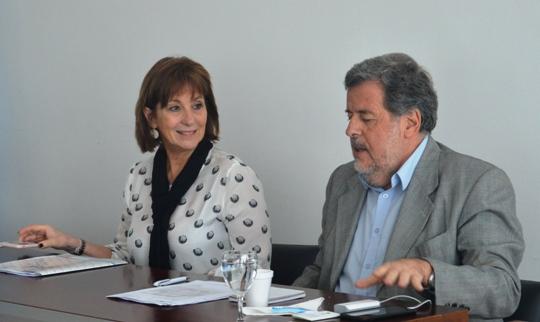 Pilar Peral García junto al ministro de Ciencia. FOTO CONICET Fotografía